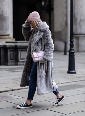 Как и с чем носить: серая шуба, серая вязаная водолазка, темно-синие рваные джинсы скинни, черно-белые низкие кеды из плотной ткани