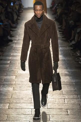Модный лук: темно-коричневая шуба, темно-серая водолазка, черные классические брюки, черные кожаные ботинки челси