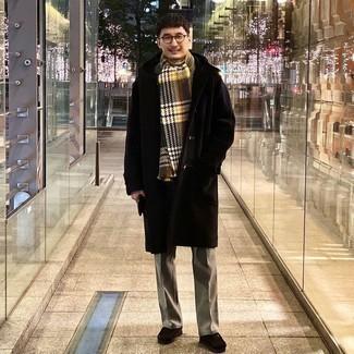 Мужские луки зима: Несмотря на то, что этот лук достаточно классический, лук из черной шубы и серых классических брюк приходится по вкусу стильным молодым людям, покоряя при этом сердца прекрасных дам. Подбирая обувь, можно немного пофантазировать и завершить лук темно-коричневыми замшевыми ботинками дезертами. Подобный ансамбль прекрасно подойдет для холодного сезона.