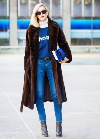 Как и с чем носить: темно-коричневая шуба, белая водолазка, синий свитер с круглым вырезом с принтом, синие джинсы скинни