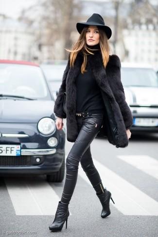Как и с чем носить: черная шуба, черная водолазка, черные кожаные узкие брюки, черные кожаные ботильоны