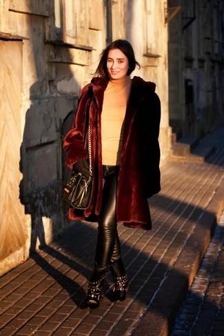 Как и с чем носить: темно-красная шуба, светло-коричневая водолазка, черные кожаные узкие брюки, черные кожаные ботинки на шнуровке с шипами