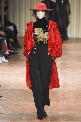 Как и с чем носить: красная шуба, черная бархатная водолазка с вышивкой, черные широкие брюки, черные замшевые ботильоны