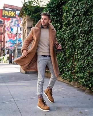Как и с чем носить: светло-коричневая шуба, бежевый вязаный свитер, темно-синяя рубашка с длинным рукавом в шотландскую клетку, серые брюки чинос