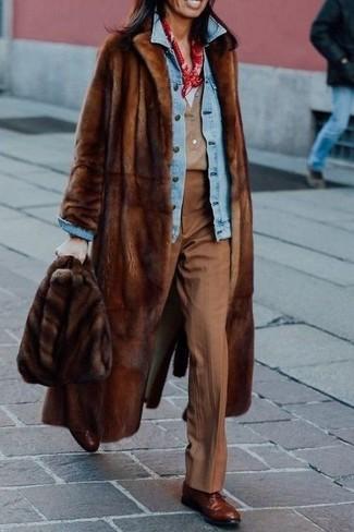 Как и с чем носить: коричневая шуба, голубая джинсовая куртка, белая футболка с v-образным вырезом, светло-коричневая футболка на пуговицах