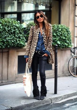 Как и с чем носить: светло-коричневая шуба с леопардовым принтом, синяя джинсовая рубашка, черные кожаные джинсы скинни, черные замшевые ботильоны c бахромой