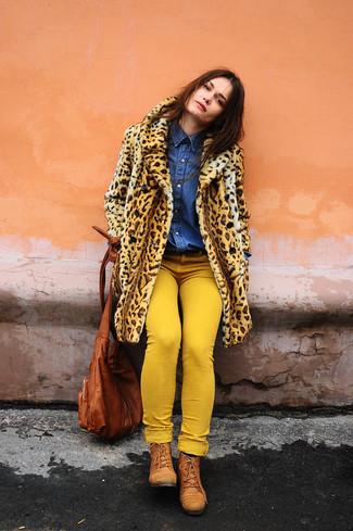 Как и с чем носить: светло-коричневая шуба с леопардовым принтом, синяя джинсовая рубашка, желтые джинсы скинни, табачные кожаные ботинки на шнуровке
