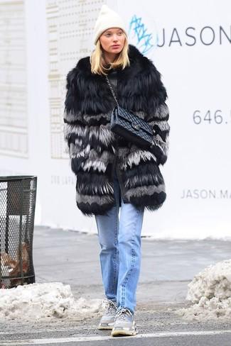 Как и с чем носить: черная шуба, голубые джинсы, серые кроссовки, черная кожаная стеганая сумка-саквояж