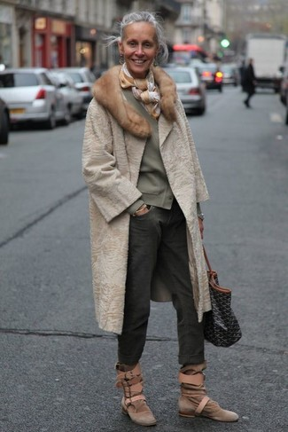 Как и с чем носить: бежевая шуба, оливковый кардиган, темно-серые джинсы-бойфренды, коричневые замшевые ботильоны