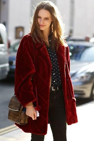 Как и с чем носить: красная шуба, черно-белая классическая рубашка в горошек, черные джинсы скинни, коричневая кожаная сумка через плечо со змеиным рисунком
