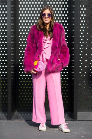 Как и с чем носить: ярко-розовая шуба, розовый комбинезон, белые кожаные низкие кеды, розовый кожаный клатч