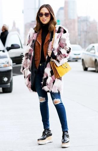 Как и с чем носить: розовая шуба, табачная замшевая косуха, черная водолазка, темно-синие рваные джинсы скинни