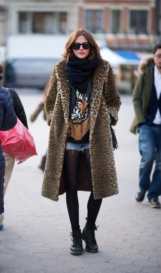 Как и с чем носить: светло-коричневая шуба с леопардовым принтом, черная кожаная косуха, черная футболка с круглым вырезом с принтом, голубые джинсовые шорты
