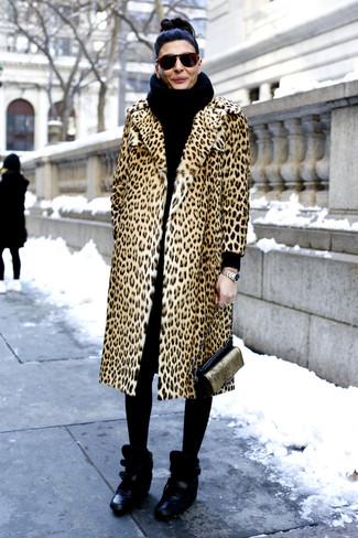 Как и с чем носить: светло-коричневая шуба с леопардовым принтом, черные кожаные кроссовки на танкетке, черно-золотая кожаная сумка через плечо, черный вязаный шарф
