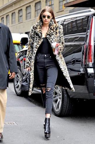 Как и с чем носить: светло-коричневая шуба с леопардовым принтом, черная майка, черные рваные джинсы скинни, черные кожаные массивные ботильоны