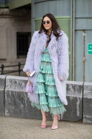 Как и с чем носить: светло-фиолетовая шуба, мятное платье-миди с рюшами, розовые сатиновые туфли, светло-фиолетовый кожаный клатч