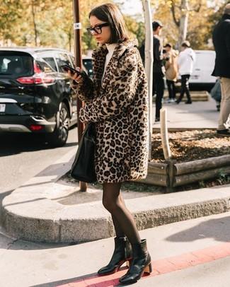 Как и с чем носить: бежевая шуба с леопардовым принтом, бежевое платье-свитер, черные кожаные ботильоны, черная кожаная большая сумка