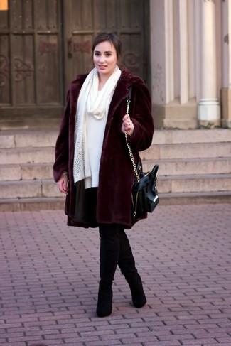 Как и с чем носить: темно-красная шуба, белое платье-свитер, черные замшевые ботфорты, черная кожаная сумка-саквояж