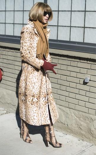 Как и с чем носить: светло-коричневая шуба с леопардовым принтом, светло-коричневые кожаные сапоги со змеиным рисунком, темно-красные шерстяные перчатки, светло-коричневый шарф
