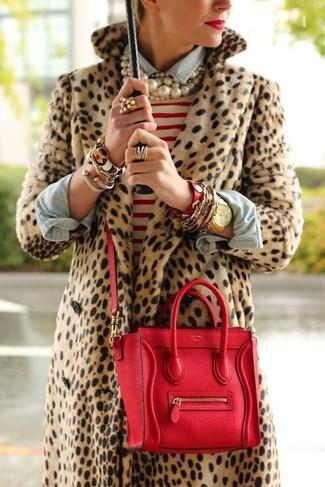 Как и с чем носить: светло-коричневая шуба с леопардовым принтом, бело-красный свитер с круглым вырезом в горизонтальную полоску, голубая джинсовая рубашка, красная кожаная сумка-саквояж