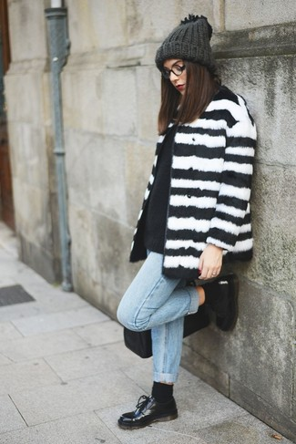 Как и с чем носить: бело-черная шуба в горизонтальную полоску, черный свитер с круглым вырезом, голубые джинсы-бойфренды, черные кожаные оксфорды