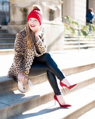 Как и с чем носить: светло-коричневая шуба с леопардовым принтом, бежевый свитер с круглым вырезом, черные кожаные джинсы скинни, красные замшевые туфли