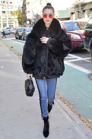 Как и с чем носить: черная шуба, черный свитер с круглым вырезом, синие джинсы, черные бархатные ботильоны