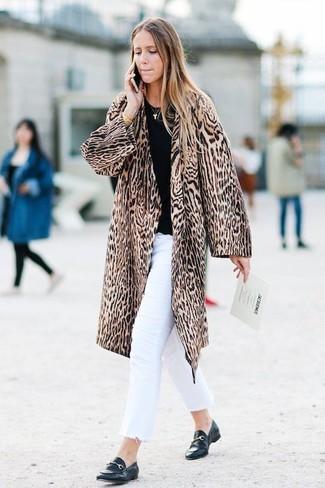Белые джинсы: с чем носить и как сочетать женщине: Ансамбль из коричневой шубы с леопардовым принтом и белых джинсов смотрится очень привлекательно, согласна? Пара черных кожаных лоферов прекрасно подойдет к остальным составляющим ансамбля.