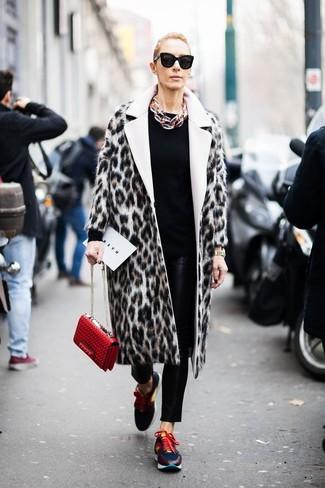 Как и с чем носить: бежевая шуба с леопардовым принтом, черный свитер с круглым вырезом, черные кожаные узкие брюки, разноцветные кроссовки