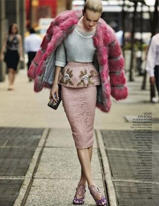 Как и с чем носить: ярко-розовая шуба, серый свитер с круглым вырезом с украшением, розовая кружевная юбка-карандаш, фиолетовые замшевые босоножки на каблуке