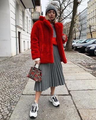 Как и с чем носить: красная шуба, серый свитер с круглым вырезом, серая юбка-миди со складками, бело-черные кроссовки