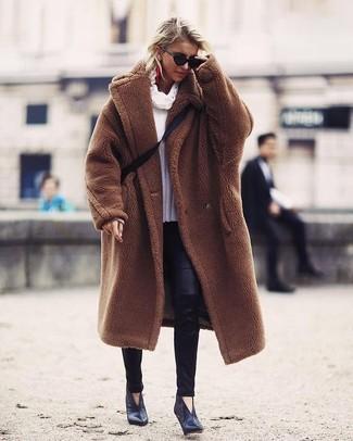 Как и с чем носить: коричневая шуба, белый свитер с хомутом, черные кожаные леггинсы, черные кожаные ботильоны