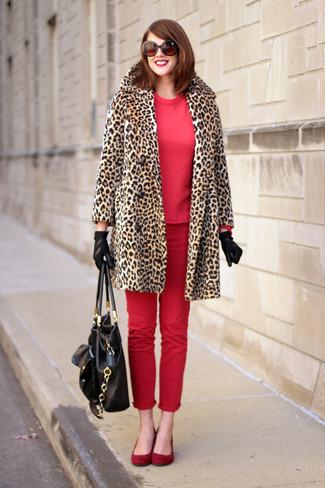 Как и с чем носить: светло-коричневая шуба с леопардовым принтом, красный свитшот, красные джинсы скинни, красные замшевые балетки