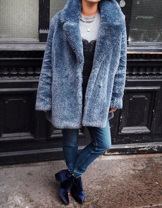 Как и с чем носить: синяя шуба, серый свитшот, черная кружевная майка, синие джинсы