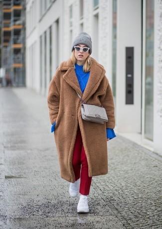 Как и с чем носить: коричневая шуба, синий вязаный свободный свитер, красные классические брюки, белые кроссовки