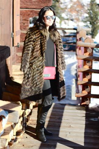 Модный лук: Коричневая шуба, Черный топ без рукавов, Черные джинсы скинни, Черные кожаные ботфорты