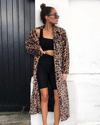 Как и с чем носить: коричневая шуба с леопардовым принтом, черный укороченный топ, черные велосипедки, черные солнцезащитные очки