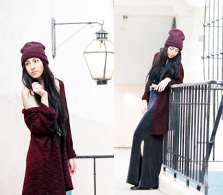 Как и с чем носить: темно-красная шуба, черный укороченный топ, черная длинная юбка с разрезом, черные кожаные ботильоны