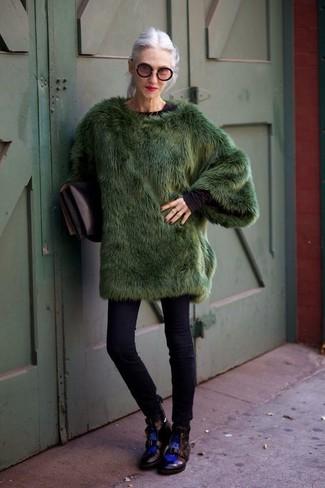 Модные женские луки 2020 фото зима 2020: Темно-зеленая шуба в сочетании с черными джинсами скинни подходит для свидания или похода в бар с подругами. Создать модный контраст с остальными предметами из этого ансамбля помогут черные кожаные ботинки на шнуровке. Если ты любишь выглядеть по моде даже в зимнее время, подобное сочетание непременно полюбится тебе.