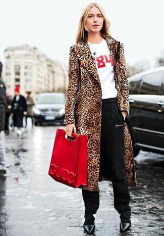 Как и с чем носить: светло-коричневая шуба с леопардовым принтом, бело-красная футболка с круглым вырезом с принтом, черные брюки-галифе, черные кожаные туфли