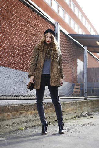Как и с чем носить: коричневая шуба, серая футболка с круглым вырезом, темно-серые джинсы скинни, черные кожаные ботильоны