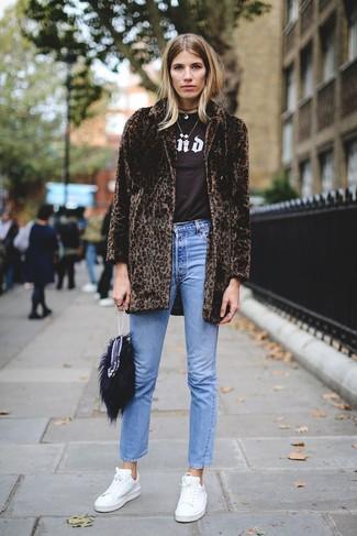 Как и с чем носить: темно-коричневая шуба с леопардовым принтом, темно-коричневая футболка с круглым вырезом с принтом, синие джинсы, белые кожаные низкие кеды