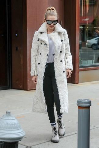 Как и с чем носить: белая шуба, белая футболка с круглым вырезом, темно-серые шерстяные узкие брюки, белые кожаные ботинки на шнуровке