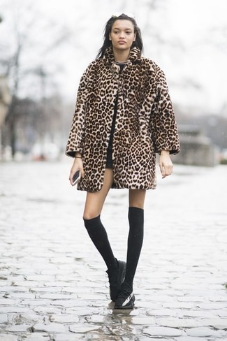 Как и с чем носить: светло-коричневая шуба с леопардовым принтом, черная футболка с круглым вырезом, черные шорты, черные кожаные низкие кеды