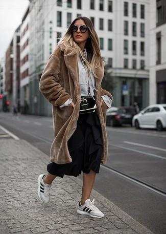 Как и с чем носить: коричневая шуба, серый худи, черная юбка-миди со складками, белые кожаные низкие кеды