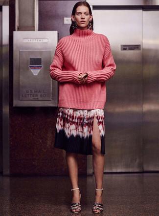 Как и с чем носить: ярко-розовая вязаная водолазка, разноцветная юбка-миди c принтом тай-дай, серые кожаные босоножки на каблуке со змеиным рисунком