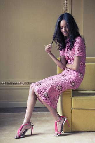 Как и с чем носить: ярко-розовая кружевная блуза с коротким рукавом, ярко-розовая кружевная юбка-миди, ярко-розовые кожаные босоножки на каблуке