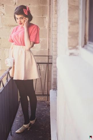 Как и с чем носить: ярко-розовая футболка с круглым вырезом, розовая короткая юбка-солнце, бежевые кожаные туфли, ярко-розовый галстук-бабочка