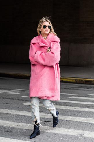 Как и с чем носить: ярко-розовая шуба, голубые рваные джинсы, темно-синие сатиновые ботильоны