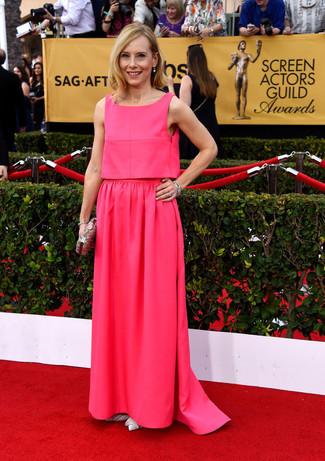 ярко розовое вечернее платье белые кожаные туфли серебряный клатч с украшением large 8023